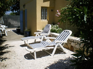 Prolongement du jardin : <br/>table, chaise, parasol, barbecue